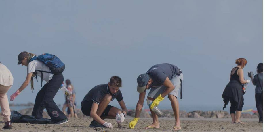 L'association Sauvage Méditerranée lors d'un ramassage de déchets.