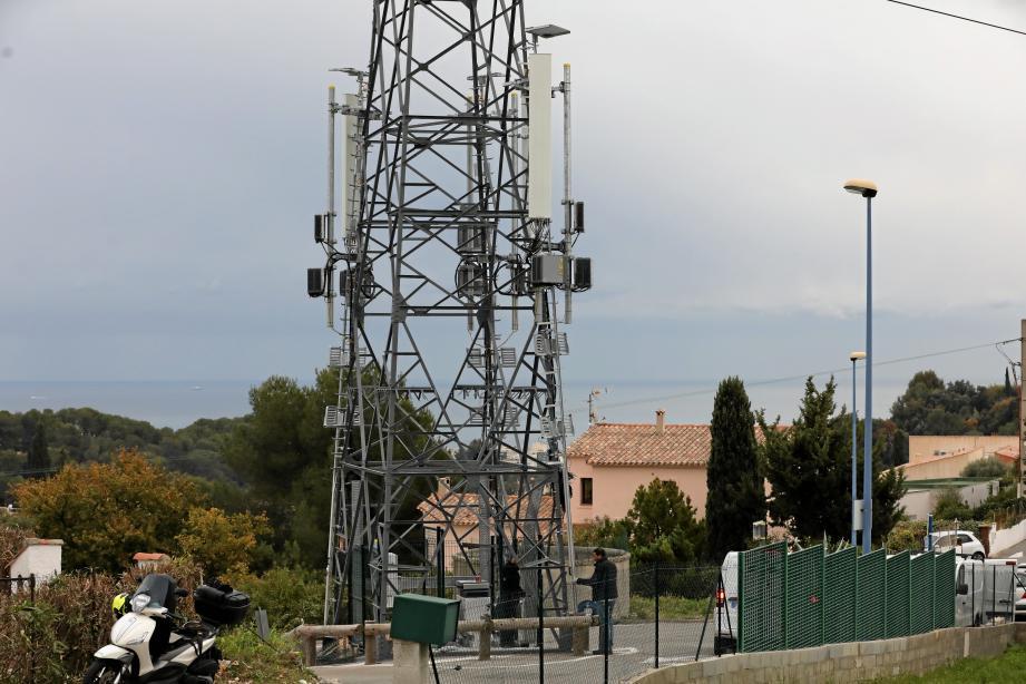 Le pylône électrique est situé sur un rond-point au chemin du Pain de Sucre. L'antenne relais a été installée dessus. Elle permettra la couverture 3G et 4G de la commune.