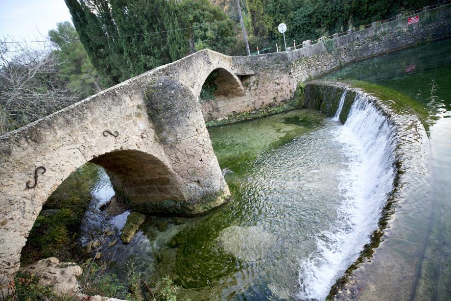 Le pont roman de la Muie chevauche la Bresque. Son eau vive faisait la force des industries locales avant l'électricité. Aujourd'hui c'est un lieu touristique de baignade.