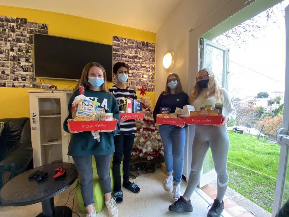 De gauche à droite : Émilie, Fares, Lana et Ilona. Chacun d'entre eux a composé son panier-repas à offrir avec un budget variant de 6 et 10 euros.