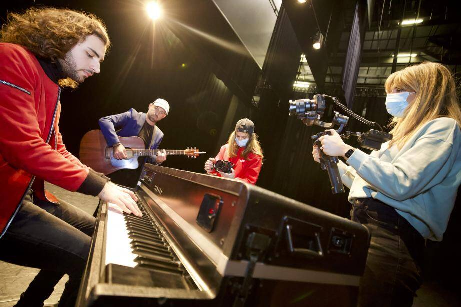 Avant d'inscruster dans la vidéo le chant d'autres artistes, Even a enregistré son clip au sein même du théâtre Le Forum, dans une grande salle vide, mardi après-midi.