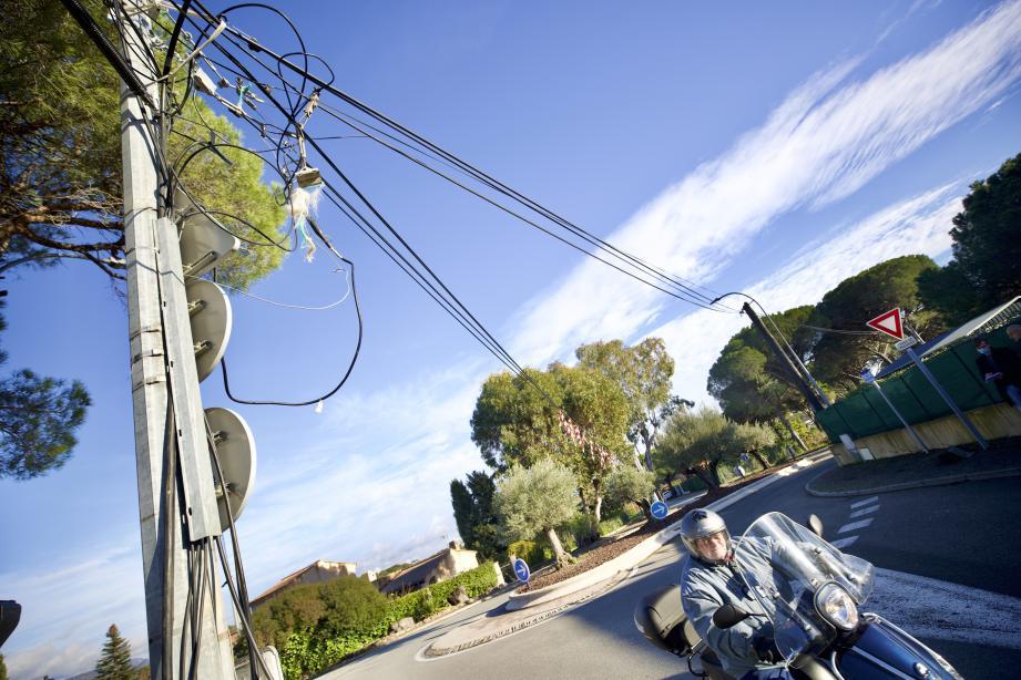 Déjà détachés du haut du pylône, les câbles de téléphonie ont été arrachés par le passage d'un camion. Depuis, le quartier était privé d'Internet et de téléphone.