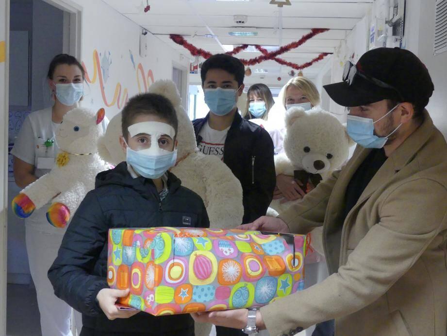 Les deux talentueux artistes ont apporté un peu de bonheur aux enfants hospitalisés.