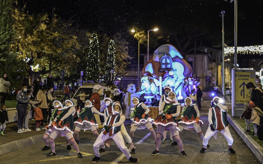Parade de Noël avec de joyeux lutins et un char schtroumpfement mignon, à découvrir ce mercredi soir, de 18 à 20h, dans les rues de Cannes.