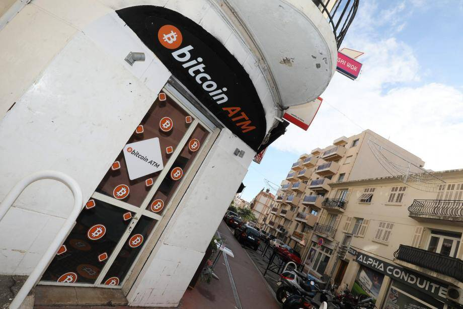 La police judiciaire saisi à Cannes un distributeur de la cryptomonnaie (photo ci-dessus). A Nice, un autre, vandalisé, avait été retiré. La société polonaise qui les avait installés est soupçonnée de blanchir d'argent sale.
