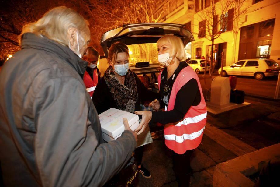 Plusieurs dizaines de personnes sont venues, mercredi soir, récupérer leur « boîte de Noël » ainsi qu'un bon repas chaud.