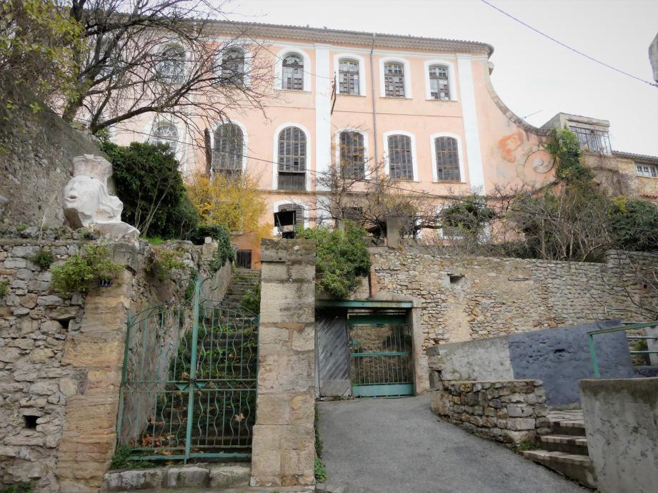 Le château domine le village, en haut de la rue Pasteur. Sa partie communale est mise en vente, faute de pouvoir être restaurée avec des moyens publics.