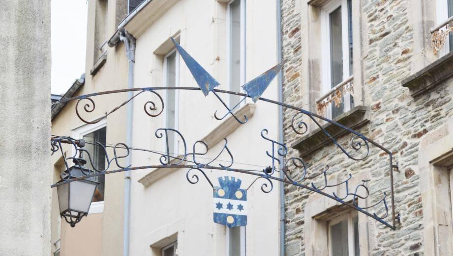 Le don financier du souverain a permis de restaurer une arche en fer forgé dans le cœur historique de la ville du département de la Manche.