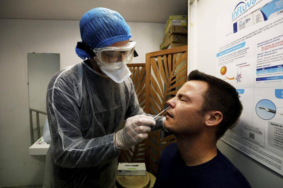 Paul Biard, cogérant de la pharmacie du Phœnix à Nice ouest, pratique un test antigénique sur Fabrice Roger, dans l'espace dédié de son officine.
