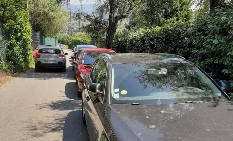 Chemin de Châteaurenard, les voitures ne se croisent pas, du fait du stationnement anarchique.(DR)