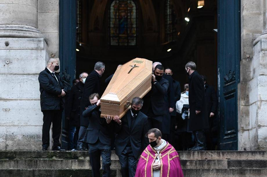 Le cercueil contenant la dépouille de l'acteur français Claude Brasseur quitte l'église Saint-Roch à Paris, le 29 décembre 2020