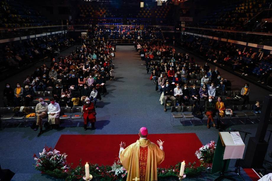 L'évêque de Nanterre, monseigneur Matthieu Rouge (C) dirige une messe au Palais des sports de Levallois-Perret, le 24 décembre 2020