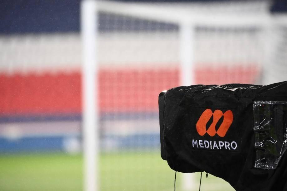 Une caméra du groupe Mediapro lors du match entre le PSG et Lyon, le 13 décembre au Parc des princes, Paris.