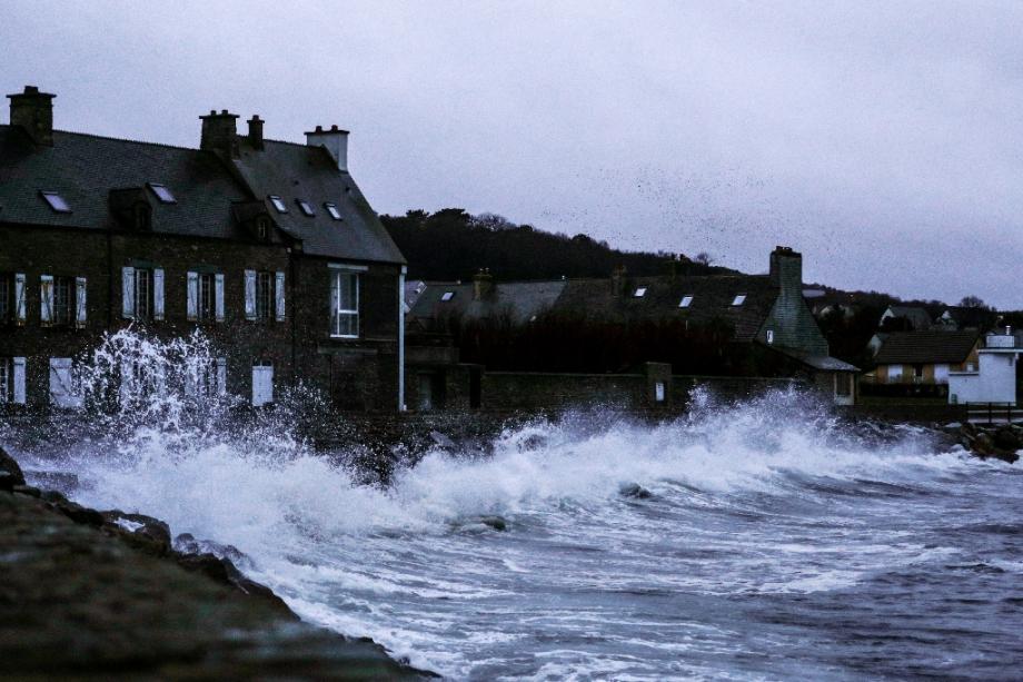 De fortes vagues s'abattent sur le Becquet, dans la Manche, le 27 décembre 2020