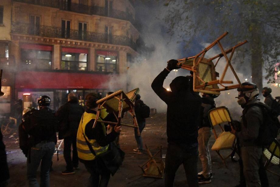 Des casseurs lors de la manifestation à Paris le 28 novembre 2020 contre la loi dite de sécurité globale
