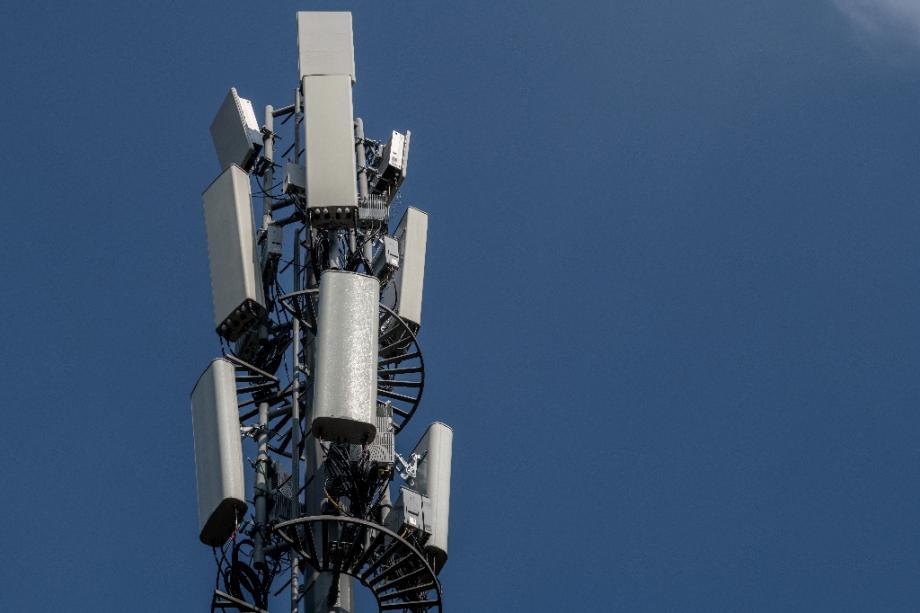 Antenne de téléphonie mobile, utilisée pour un réseau 5G, dans une rue de Pékin le 24 septembre 2020