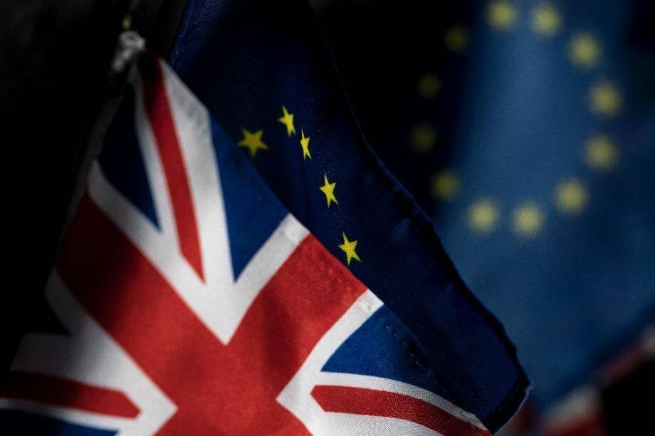 (ARCHIVES) Photo prise le 5 janvier 2020 des drapeaux britannique et de l'UE