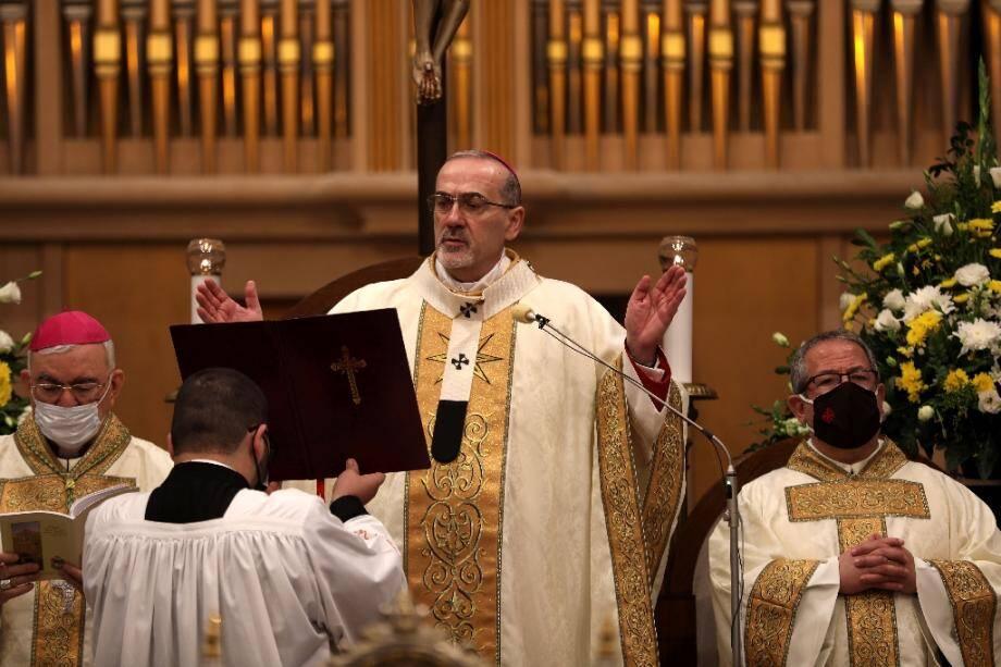 Le patriarche latin de Jérusalem Pierbattista Pizzaballa conduit la messe de minuit à la Basilique de la Nativité à Bethléem, le 25 décembre 2020