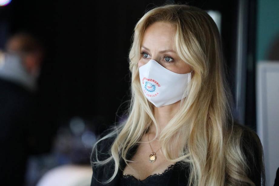 Personnellement touchée par la condition des soignants, Adriana Karembeu a tenu à faire un geste en offrant des masques aux infirmières de Monaco, Beausoleil, et Menton.