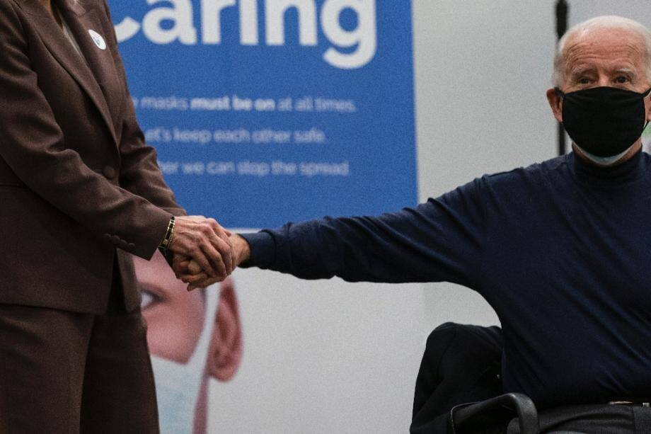 La future Première dame Jill Biden (G), tient la main de Joe Biden après sa vaccination, dans le Delaware, le 21 décembre 2020