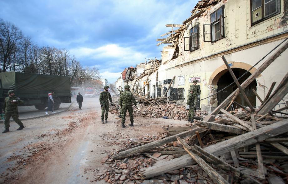 Des militaires croates participaient mardi aux traveaux de déblayement dans la ville de Petrinja, au sud de la capitale Zagreb, quelques heures après le séisme de magnitude 6,4 qui a fait sept morts dans la région.