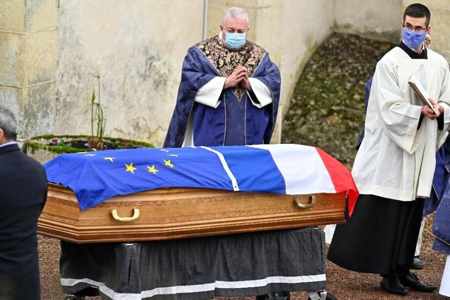 Le prêtre Don Stephane (g) devant le cercueil de l'ancien président Valéry Giscard d'Estaing, lors des obsèques en l'église d'Authon, le 5 décembre 2020