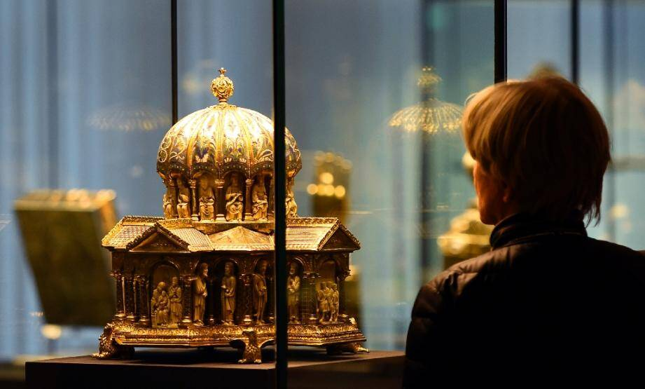 Un visiteur du musée des Arts décoratifs à Berlin regarde un reliquaire du Trésor des Guelfes le 24 février 2015
