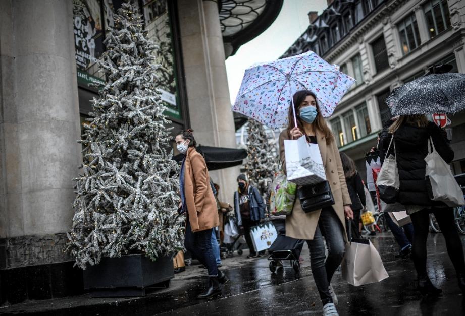 Des passants font leurs courses de Noël, le 24 décembre 2020 à Paris