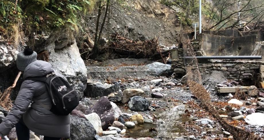 Sur plusieurs centaines de mètres, il ne reste plus grand chose de la RD 40 qui permettait de traverser la vallée, aujourd'hui coupée en deux.