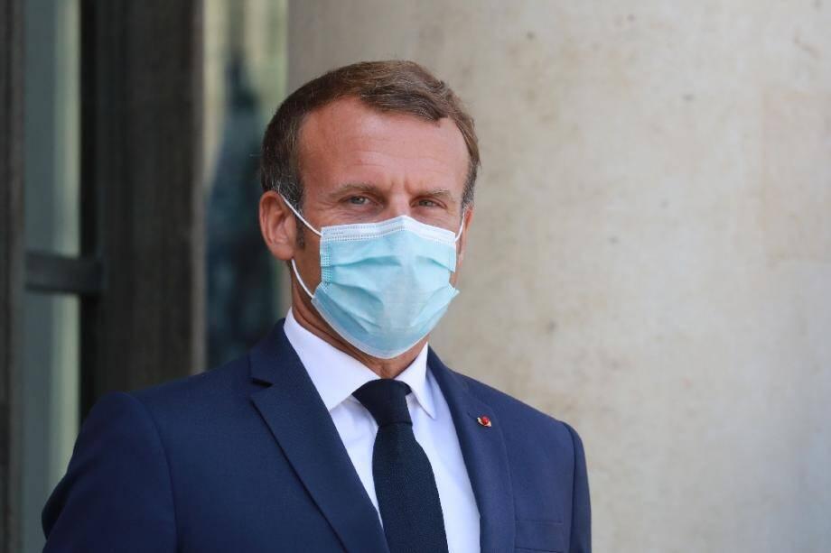 Le Président de la République Emmanuel Macron à l'entrée du palais de l'Elysée, à Paris, le 24 décembre 2020