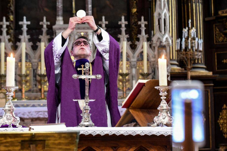 Le curé d'Illiers-Combray (Eure-et-Loire), Olivier Monnier, célèbre la messe seul devant des fidèles connectés, le 3 avril 2020