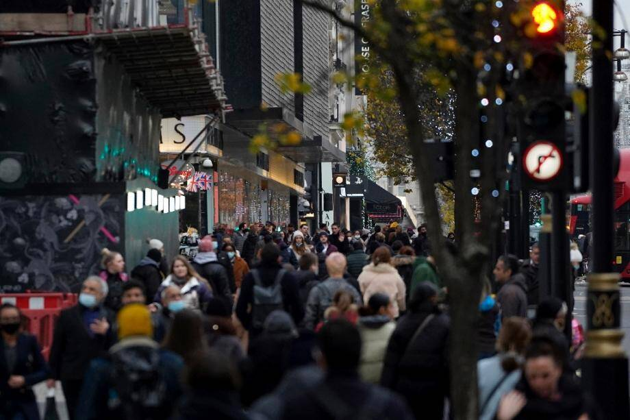 La foule se presse dans la rue commerçante d'Oxford Street à Londres, le 2 décembre 2020, au premier jour de la levée du confinement en Angleterre