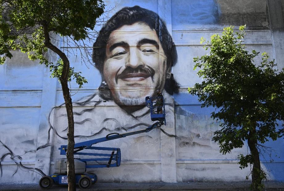 Le portrait de Maradona peint par l'artiste argentin Alfredo Segatori à  Buenos Aires, le 1er décembre 2020