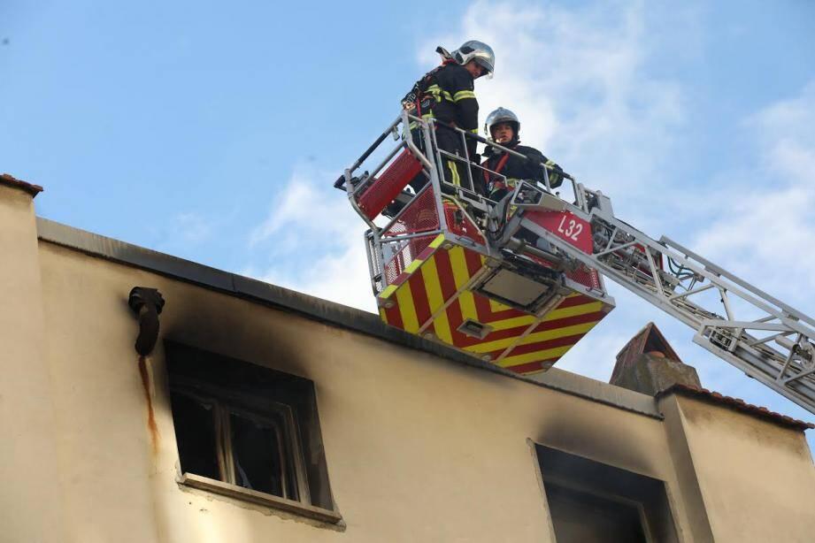 L'incendie s'est déclaré au dernier étage et a immédiatement attaqué la toiture de l'immeuble.