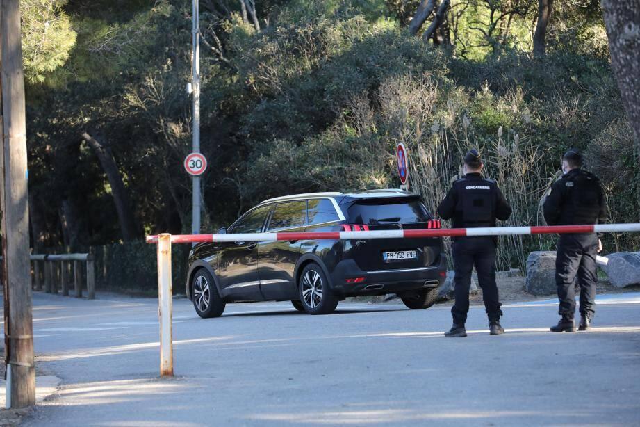Le dispositif de sécurité déployé autour du fort de Brégançon samedi matin.