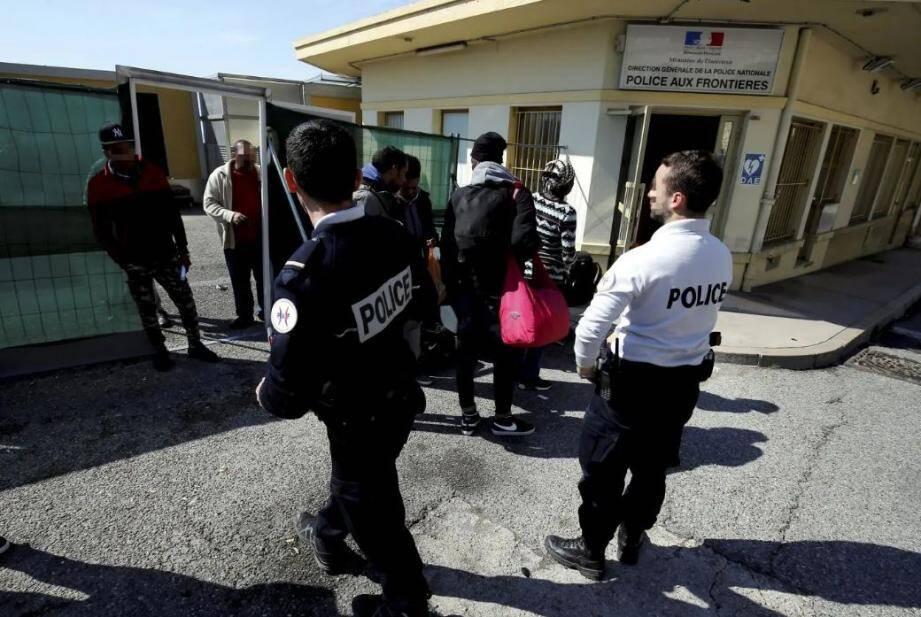 """Au motif d'une """"mise à l'abri"""" des migrants, l'accès aux locaux attenants à la police des frontières de Menton a été refusé à deux associations humanitaires venues prêter main forte aux exilés."""