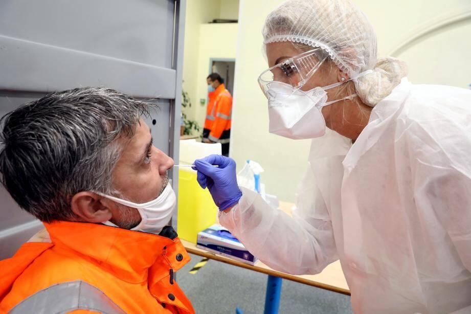 Dix professionnels de santé de Beausoleil effectuent les prélèvements nasopharyngés à la salle des fêtes transformée, pour l'occasion, en centre communal de dépistage.