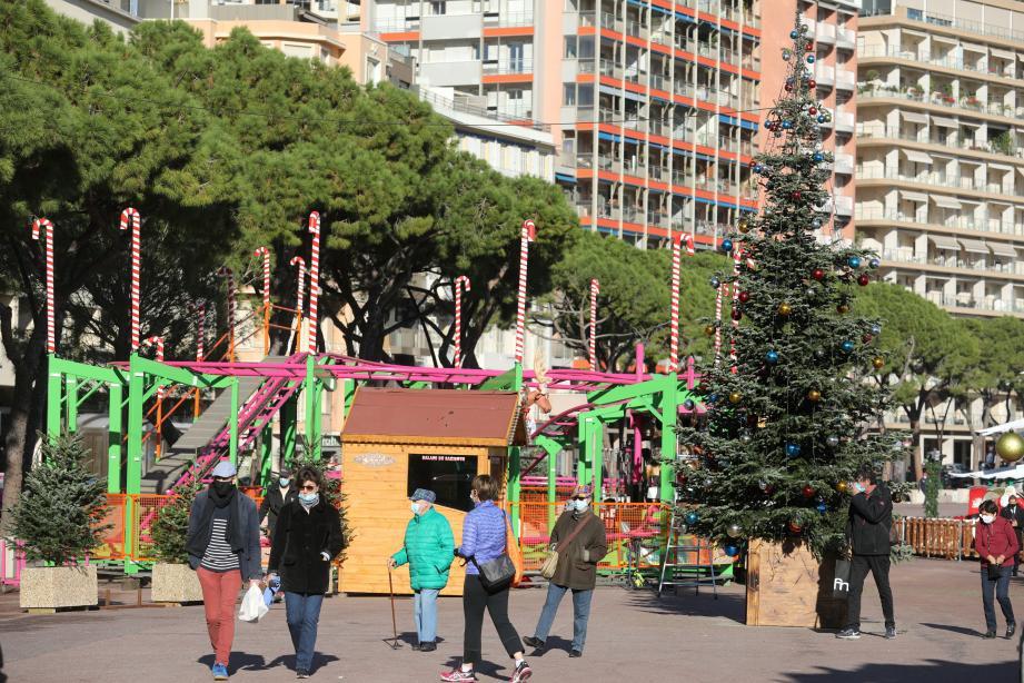 Hier, les derniers préparatifs du village de Noël en format réduit, avant l'ouverture aujourd'hui.