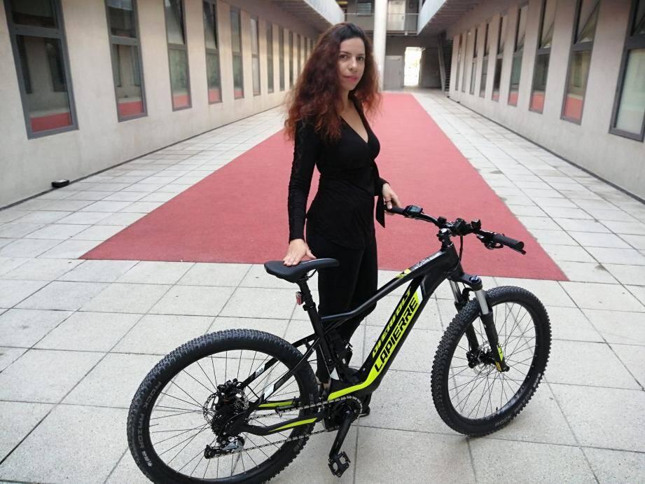 Siem, employée du groupe Mutuelles du Soleil, avec son vélo de société.