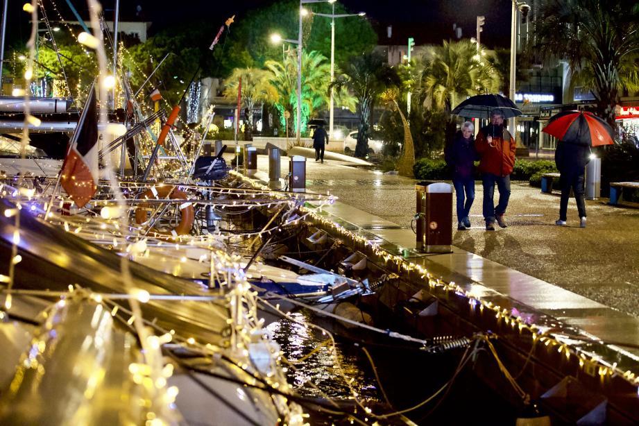 La pluie et le froid ont joué les rabat-joie, samedi 5 décembre, jour de feu vert pour les illuminations de la Ville de Saint-Raphaël.