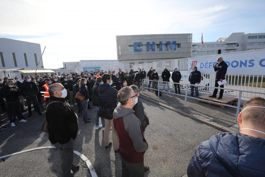 Malgré une large partie des effectifs en télétravail, environ 200 salariés de Cnim se sont retrouvés, mercredi midi, devant le bâtiment administratif de l'entreprise.