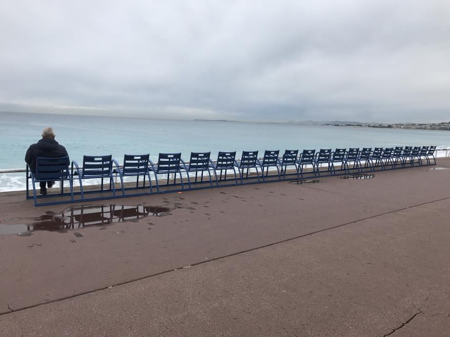 Les services de la mairie de Nice ont démarré ce mardi matin le retour des mythiques chaises bleues de la Promenade des Anglais.