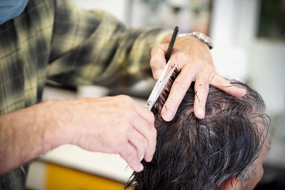 Un client se fait coiffer dans un salon. Illustration.