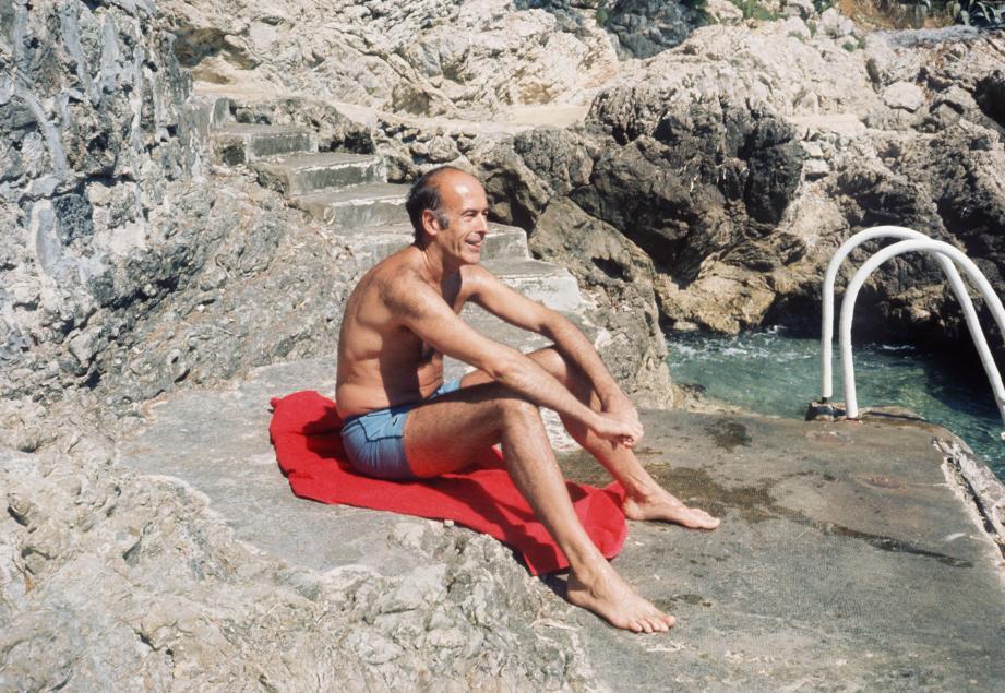 Un cliché pris le 1er août 1974, l'année de l'élection du président Giscard d'Estaing à l'Elysée. On le voit ici prendre un bain de soleil, à Saint-Jean-Cap-Ferrat où il aimait se rendre.