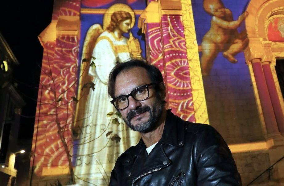 A Cannes, l'artiste Gaspare di Caro a dirigé sa baguette magique sur Notre-Dame-de-Bon-Voyage, l'escalier de la gare et les arches de la montée Mont-Chevalier, en bas du Suquet.