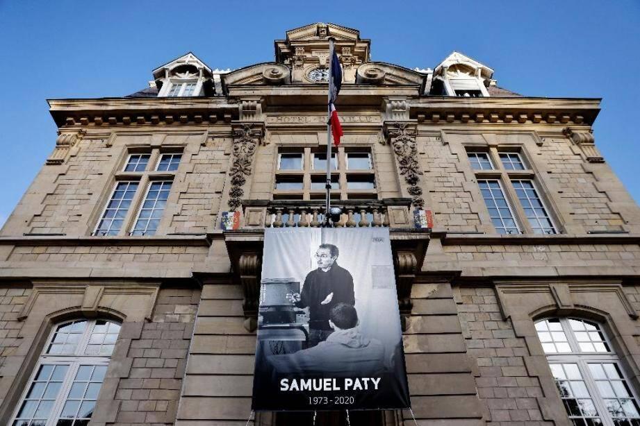 Un portrait de Samuel Paty déployé sur la façade de la mairie de Conflans-sainte-Honorine, le 3 novembre 2020.