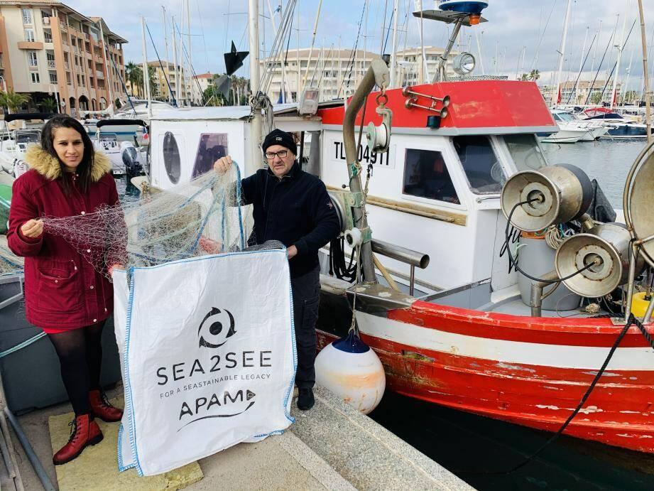Leïla Seddiki et Christian Decugis de l'Association pour la pêche et les activités maritimes récupèrent les filets usagés.