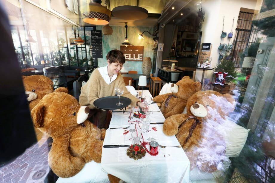 Hier matin, plusieurs restaurateurs du front de mer ont reçu des ours en peluche qu'ils se sont empressés d'installer à leurs tables.