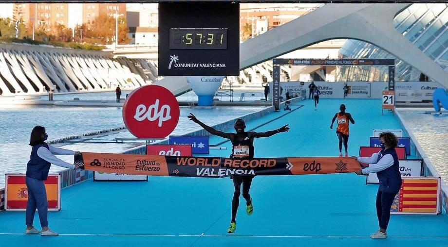 Le Kényan Kibiwott Kandie (24 ans) a explosé dimanche 6 décembre le record du monde du semi-marathon hommes à Valence (Espagne) en remportant la course en 57min 32sec, devant le champion du monde ougandais Jacob Kiplimo (57min37).