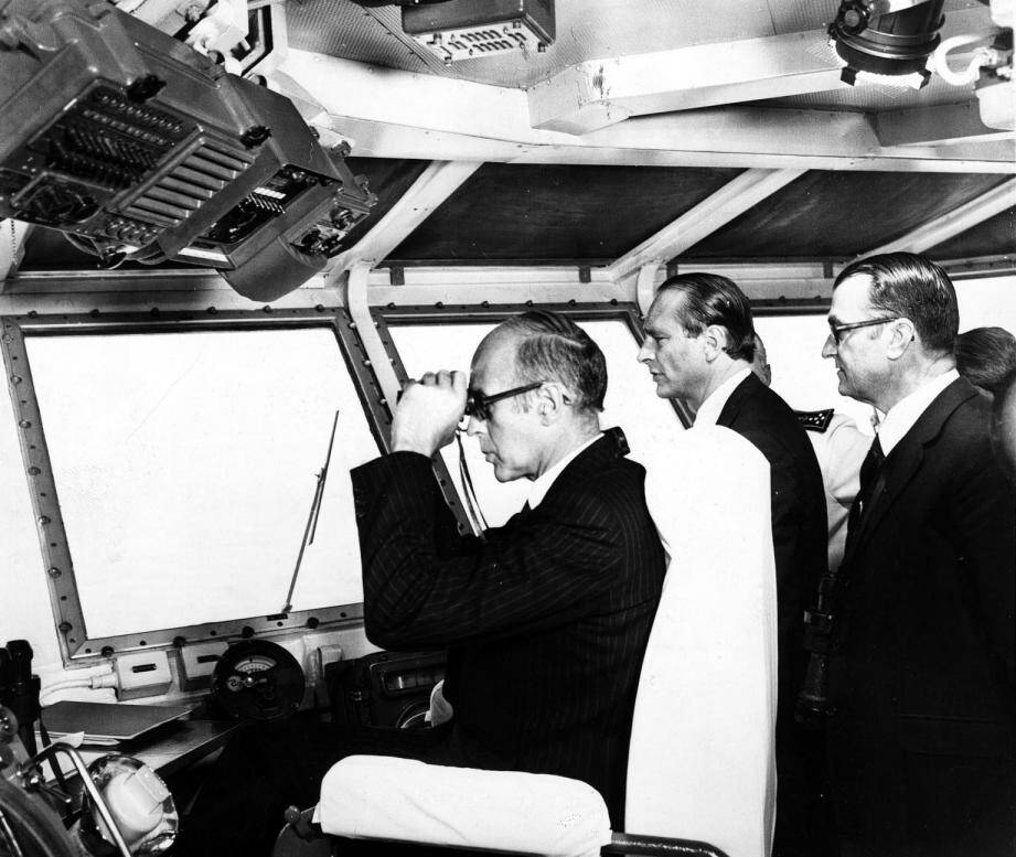 Valéry Giscard d'Estaing, accompagné de son Premier ministre Jacques Chirac, assistent en rade de Toulon à la revue navale de juillet 1976 depuis la passerelle du porte-avions Clemenceau.